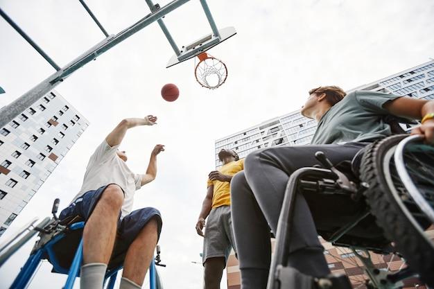 Ludzie grający w koszykówkę na świeżym powietrzu
