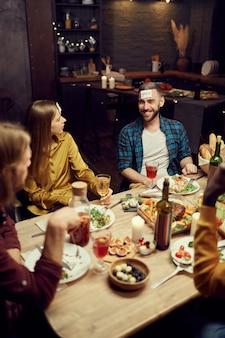 Ludzie grający w zgadywanie podczas kolacji