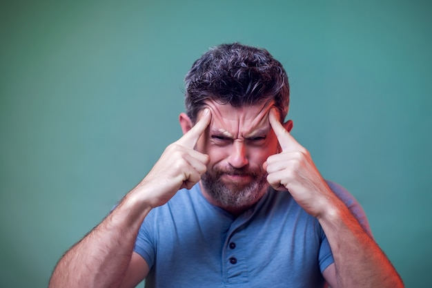 Ludzie i emocje - portret mężczyzny myślącego o czymś