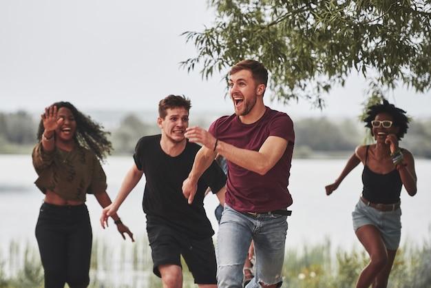 Ludzie imprezują na zewnątrz. przyjaciele z wielu grup etnicznych spotykają się w weekendy.