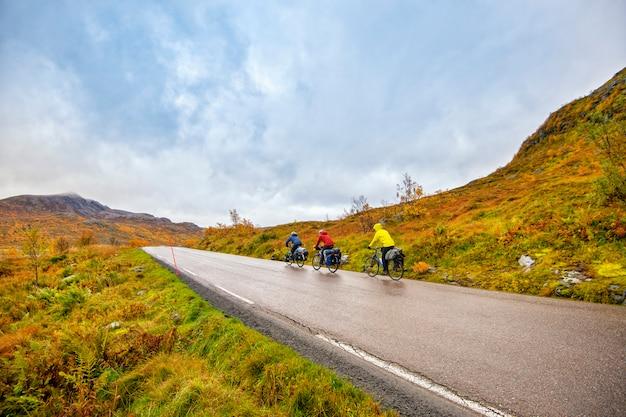 Ludzie jadą rowerem na lofotach w norwegii