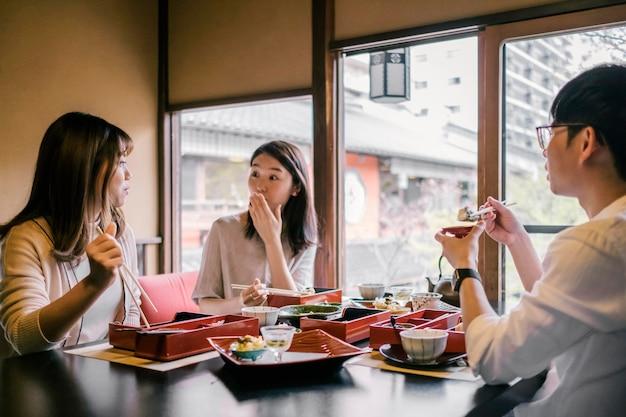 Ludzie jedzący pałeczkami z bliska
