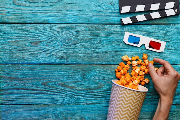 Ludzie jedzący popcorn ludzkie ręce widok z góry
