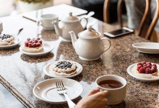 Ludzie jedzący razem śniadanie w restauracji