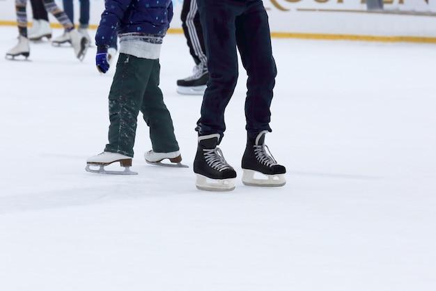 Ludzie jeżdżący na łyżwach na lodowisku