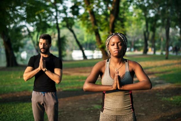 Ludzie jogi w parku
