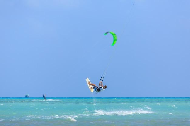 Ludzie kitesurfingu w hamata egipt