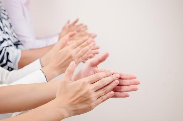 Ludzie klaszczą w dłonie