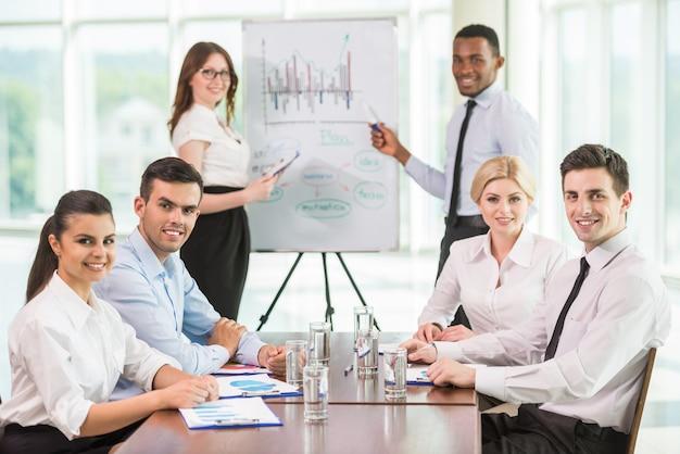 Ludzie komentują wyniki marketingowe z kolegami.