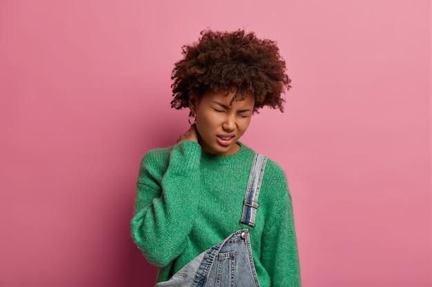 Ludzie, koncepcja opieki zdrowotnej. nieszczęśliwa afro amerykanka zmęczona po pracy w biurze