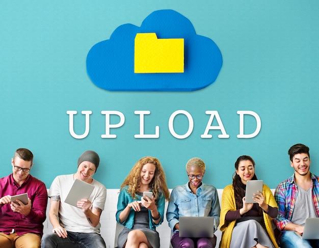 Ludzie korzystający z urządzeń cyfrowych z napisem upload na ścianie