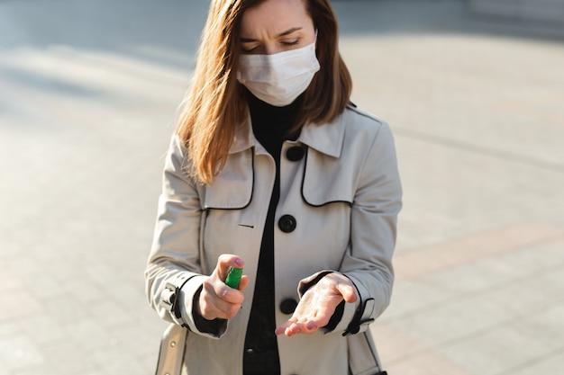 Ludzie, którzy używają antyseptycznego żelu na bazie alkoholu i noszą maskę zapobiegawczą, zapobiegają infekcji