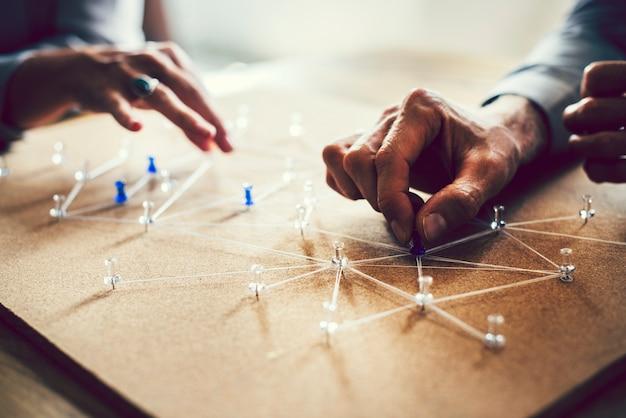 Ludzie łączący się w globalnej sieci biznesowej