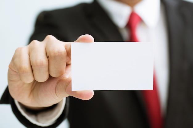 Ludzie mężczyzna ręka trzymać wizytówki pokazują pustą białą kartę
