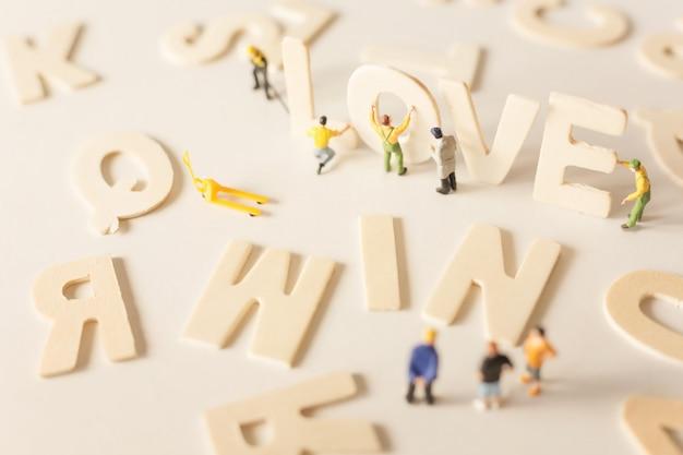 Ludzie (miniaturowe) z literami