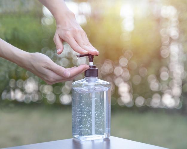 Ludzie myjący ręce żelem alkoholowym lub środkiem myjącym przeciwbakteryjnym po skorzystaniu z publicznej toalety