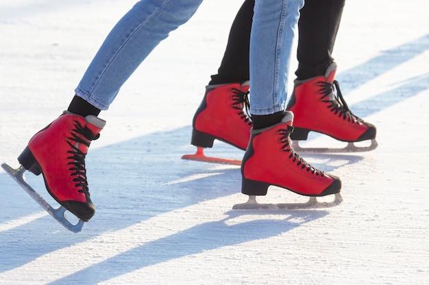 Ludzie na łyżwach na lodowisku. hobby i wypoczynek. sporty zimowe