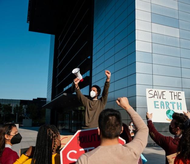 Ludzie na protestach środowiskowych z bliska