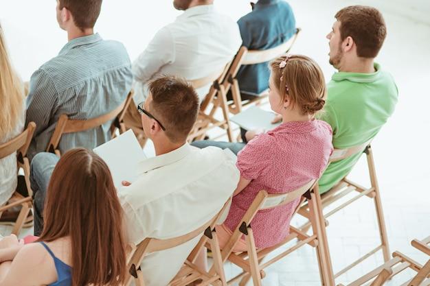 Ludzie na spotkaniu biznesowym w sali konferencyjnej.