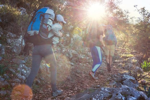 Ludzie na wędrówce po górach