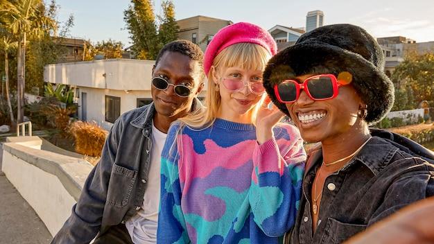 Ludzie na zewnątrz z okularami przeciwsłonecznymi
