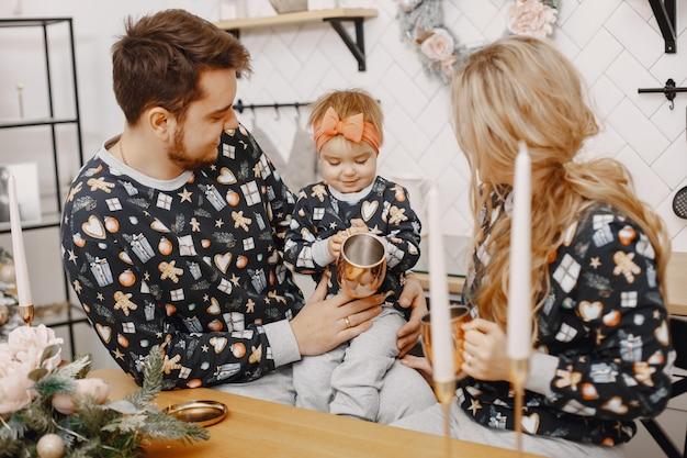 Ludzie naprawiający na święta. ludzie bawią się z córką. rodzina odpoczywa w świątecznej kuchni.