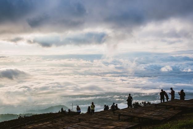 Ludzie natura azjatyckiego podróżnika. podróż się zrelaksować. natural touch wsi. oglądać wschód słońca.