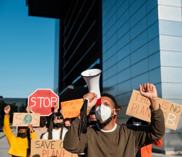 Ludzie noszący maski na znak protestu