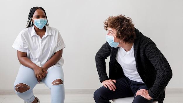 Ludzie noszący maski w pomieszczeniach