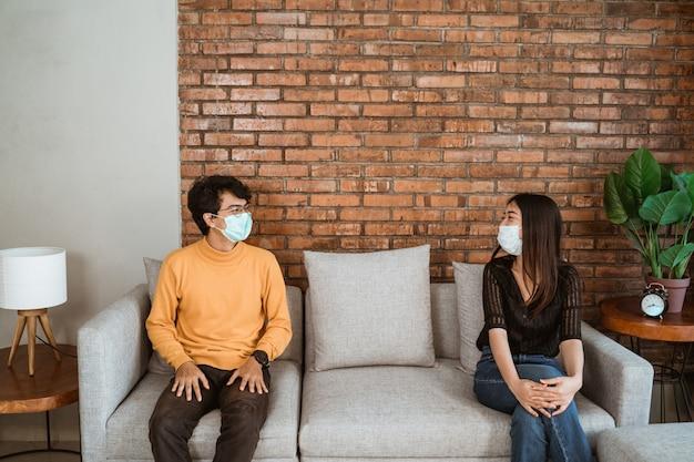 Ludzie oddzielający się, unikający infekcji