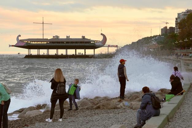 Ludzie odpoczywają bawią się na nabrzeżu stolicy jałtaty na południowym wybrzeżu krymu