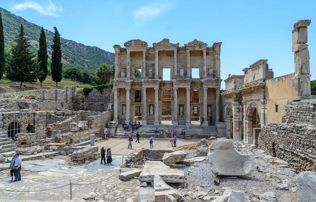 Ludzie odwiedzają bibliotekę celsusa (biblioteka celciusa) w starożytnym mieście efez. efez jest popularnym miejscem historycznym w turcji.
