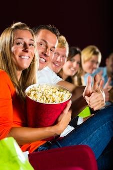 Ludzie oglądają film w kinie i dobrze się bawią