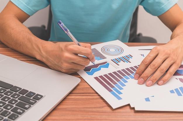 Ludzie oglądają wykresy wzrostu biznesu