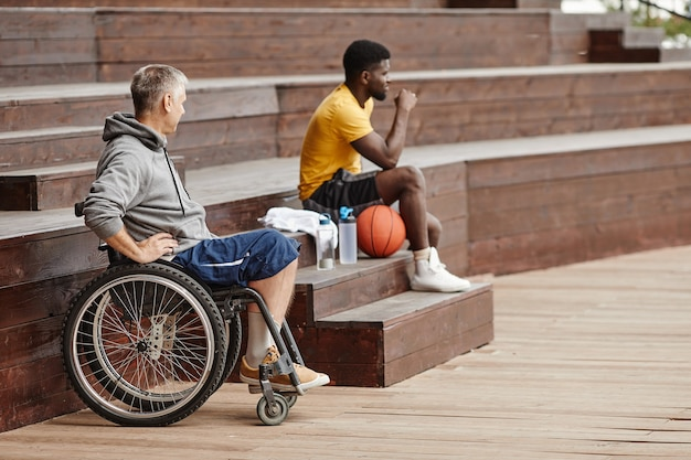Ludzie oglądający mecz koszykówki
