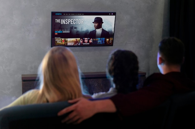 Ludzie oglądający razem netflixa w domu