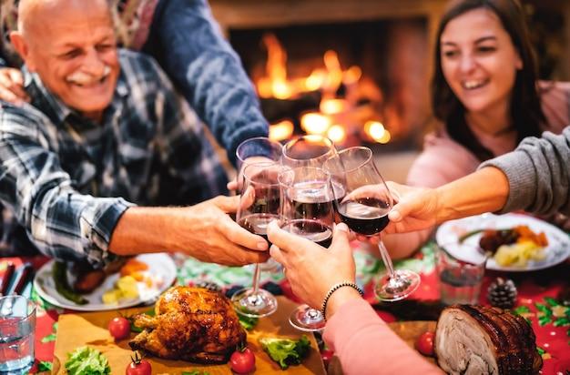 Ludzie opiekują się kieliszkiem czerwonego wina, bawią się na zjeździe wigilijnym