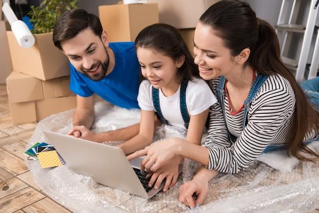 Ludzie patrzą na ekran laptopa w domu naprawczym