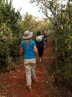 Ludzie piesze wycieczki w kenii w afryce