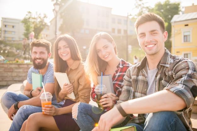 Ludzie piją soki i spędzają czas na świeżym powietrzu.