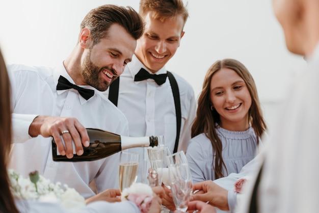 Ludzie pijący drinki na weselu na plaży?