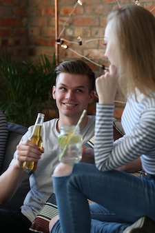 Ludzie pijący i świętujący w barze