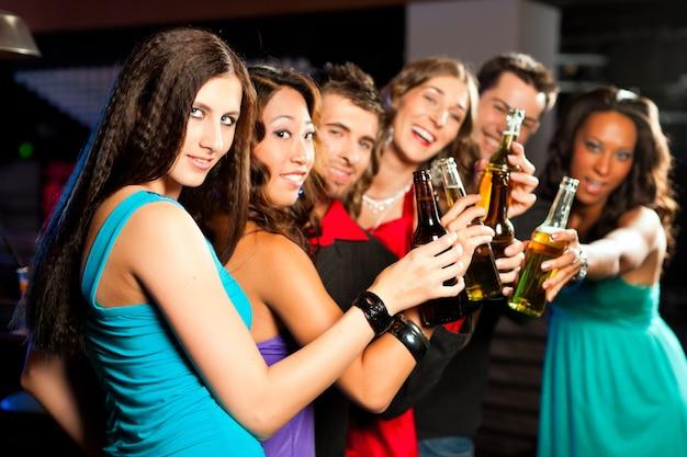 Ludzie pijący piwo w barze lub klubie