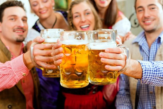 Ludzie pijący piwo w bawarskim pubie