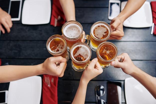 Ludzie pijący piwo