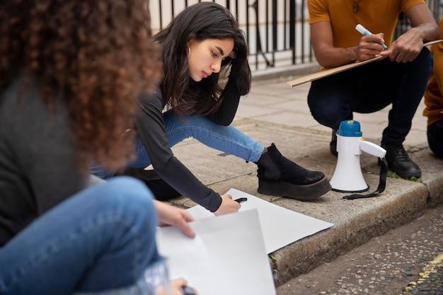 Ludzie piszący na afiszach z bliska