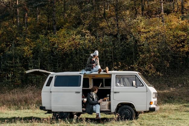 Ludzie podróżujący samochodem