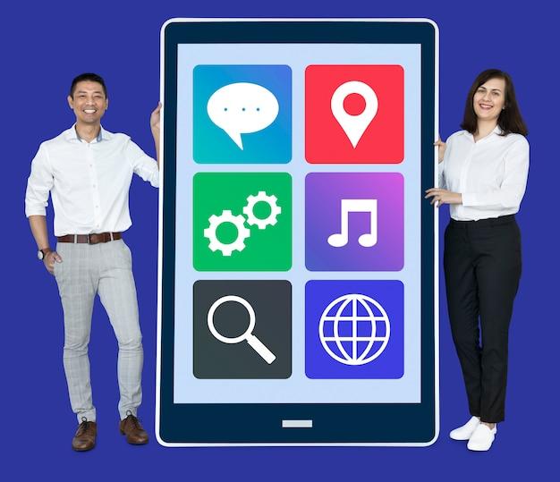 Ludzie pokazujący telefon z aplikacjami