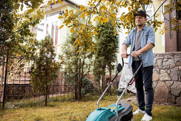 Ludzie pomagają sąsiadom z trawnikiem