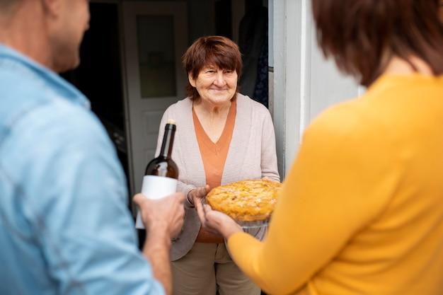 Ludzie pomagają staremu sąsiadowi
